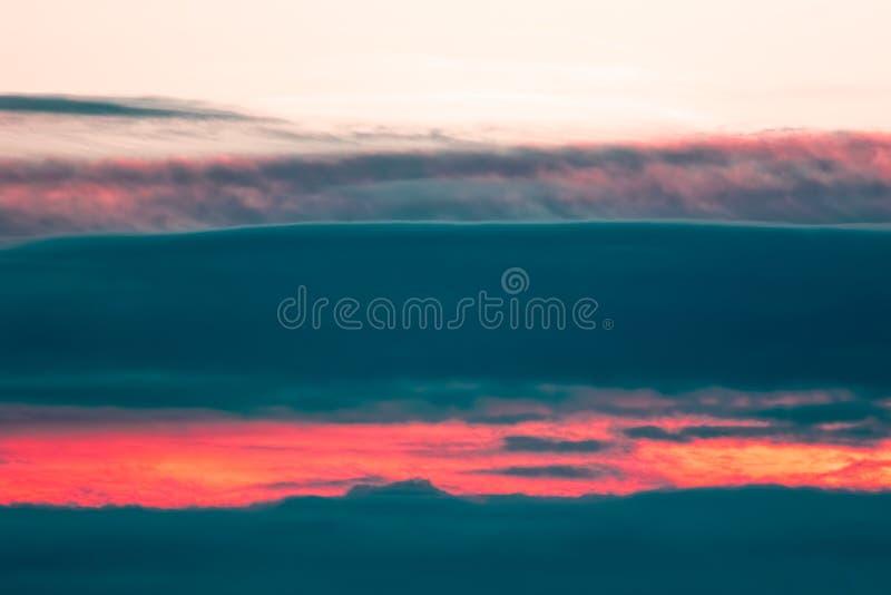 Cloudscape del infierno Banco de nube natural de la salida del sol que parece muda imágenes de archivo libres de regalías