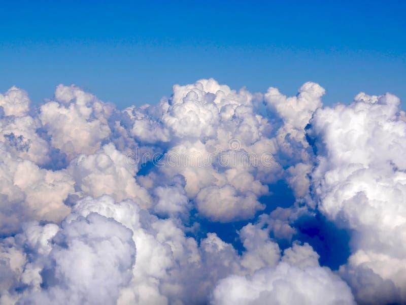 Cloudscape del primer con la nube densa en el cielo azul foto de archivo