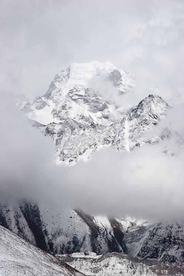 Cloudscape della montagna di Nirekha, Himalaya, Nepal immagine stock