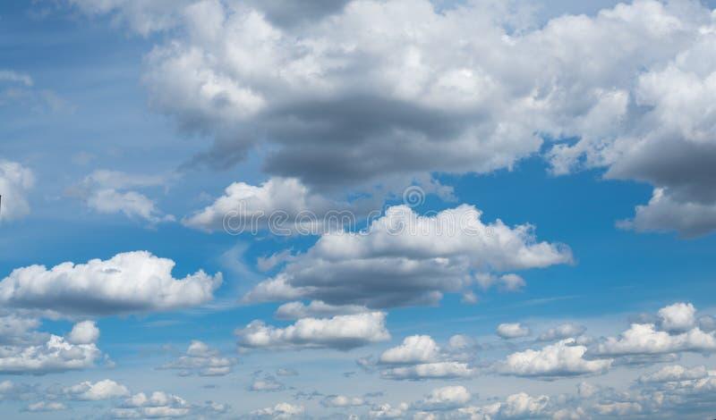 cloudscape Den blåa himlen med vit-grå färger moln royaltyfri fotografi
