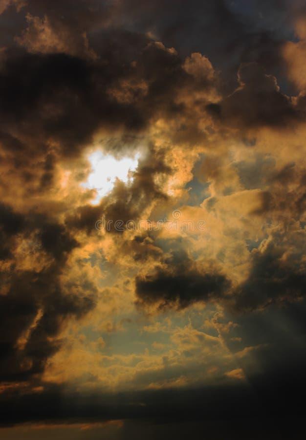 Cloudscape di oscurità di ansia fotografie stock