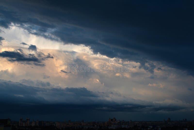 Cloudscape dramático da noite fotografia de stock