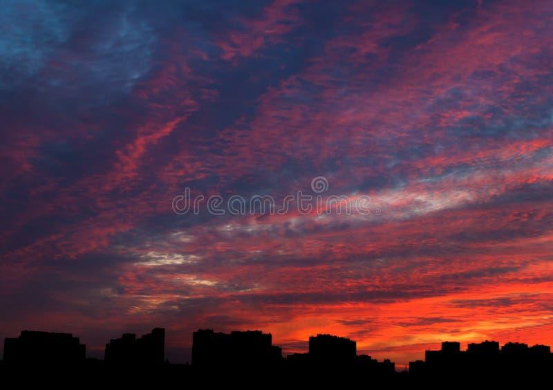 Cloudscape dramático da noite na cidade imagens de stock royalty free