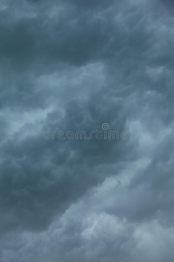 Cloudscape dramático Nubes tempestuosas en el cielo foto de archivo libre de regalías