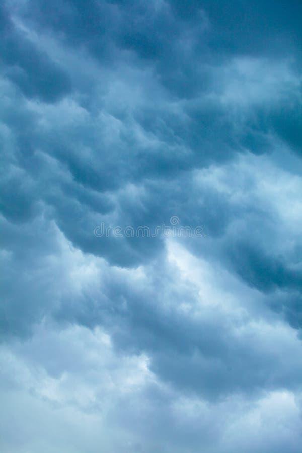 Cloudscape dramático Nubes tempestuosas en el cielo fotos de archivo