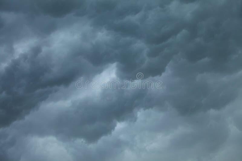 Cloudscape dramático Nuvens tormentosos no céu imagem de stock