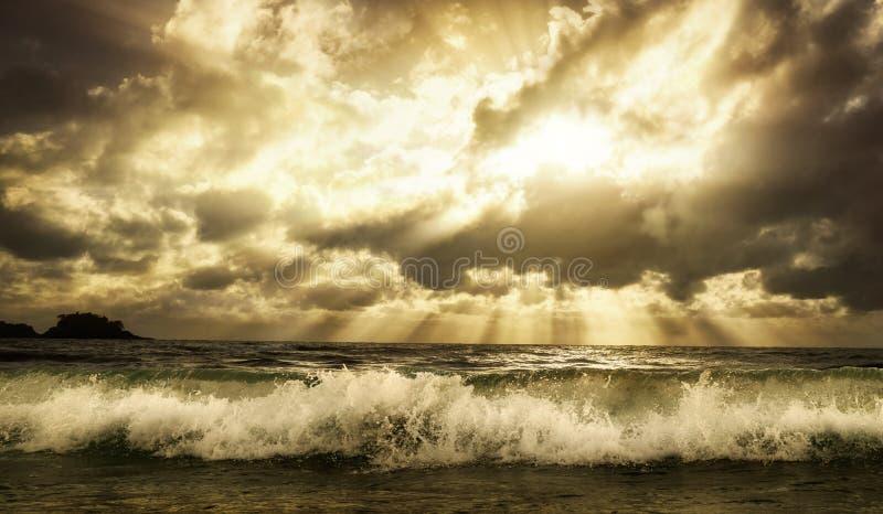 Cloudscape dramatique au-dessus de la mer avec des couleurs chaudes modifiées la tonalité photographie stock libre de droits