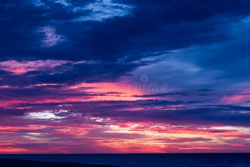 Cloudscape drammatico ad alba o al tramonto fotografie stock