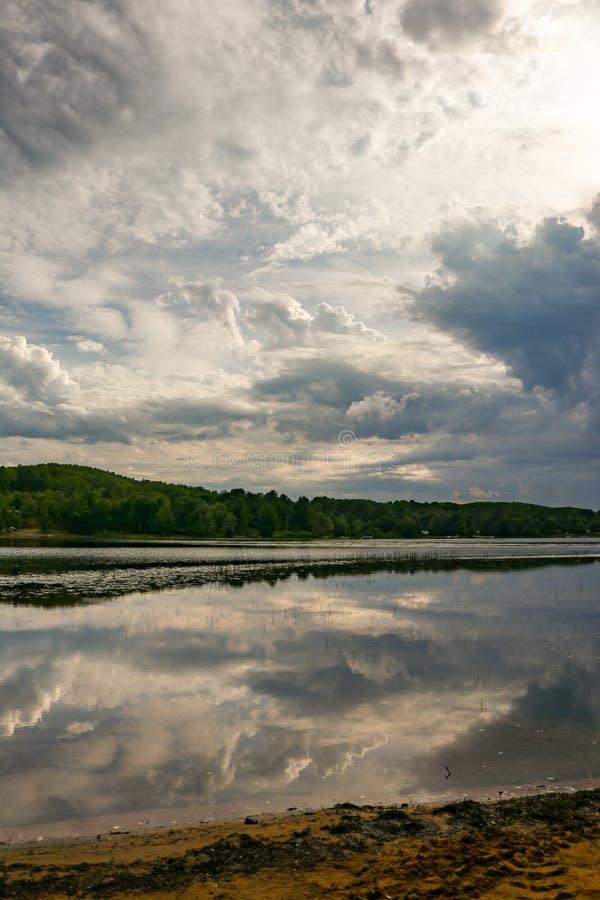 Cloudscape drammatico sopra l'acqua di fiumi fotografie stock