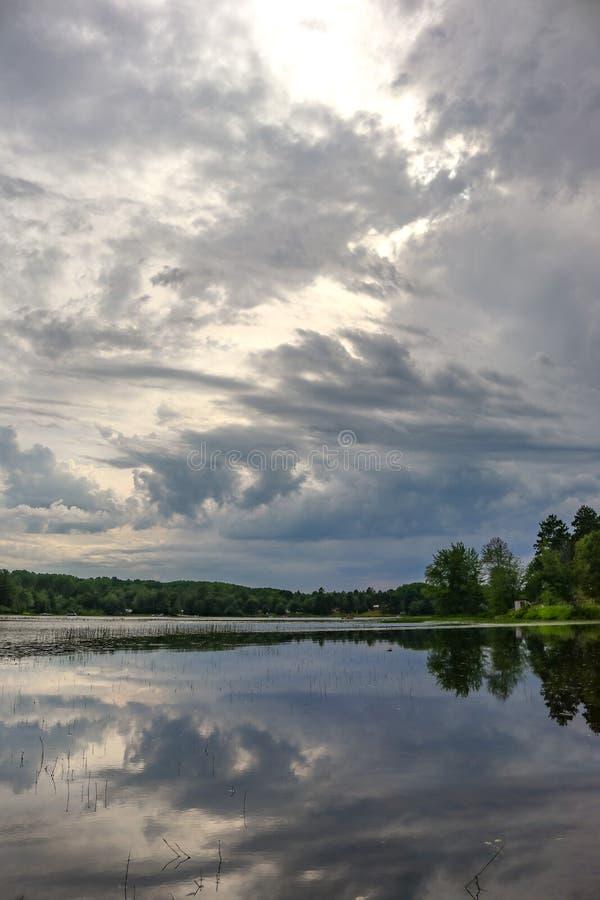 Cloudscape drammatico sopra l'acqua di fiumi 2 fotografie stock libere da diritti