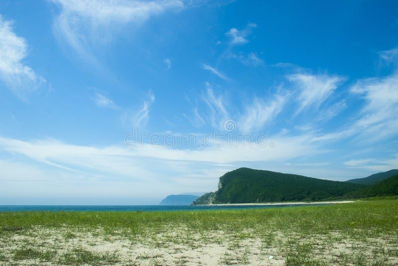 Cloudscape en kustlijn royalty-vrije stock afbeelding