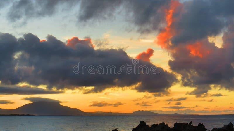 Cloudscape et paysage colorés pendant un coucher du soleil lumineux photographie stock libre de droits