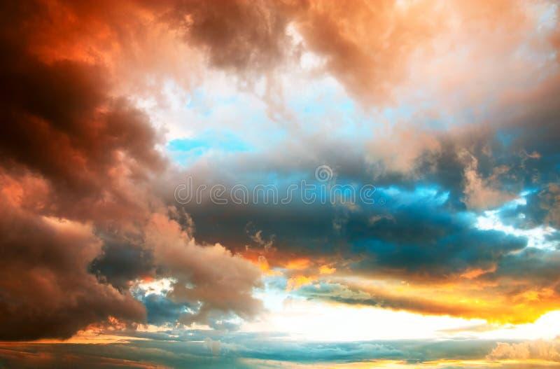 Cloudscape excessif de coucher du soleil photographie stock