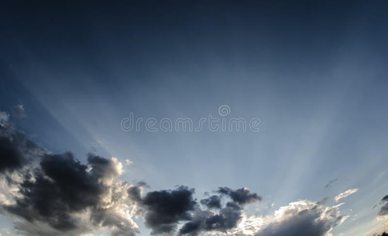 Cloudscape foncé et ciel bleu photographie stock libre de droits