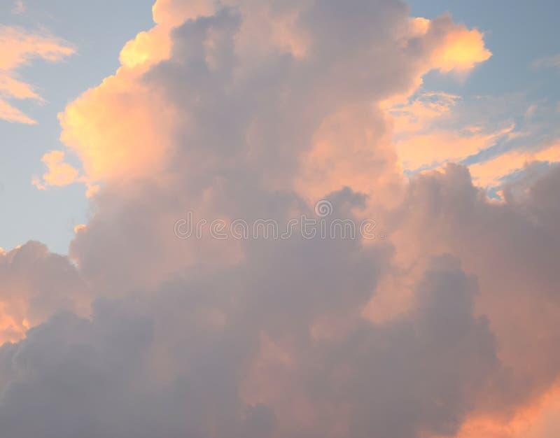 Cloudscape - fond naturel abstrait - orange jaunâtre et cumulonimbus foncés en ciel bleu images stock