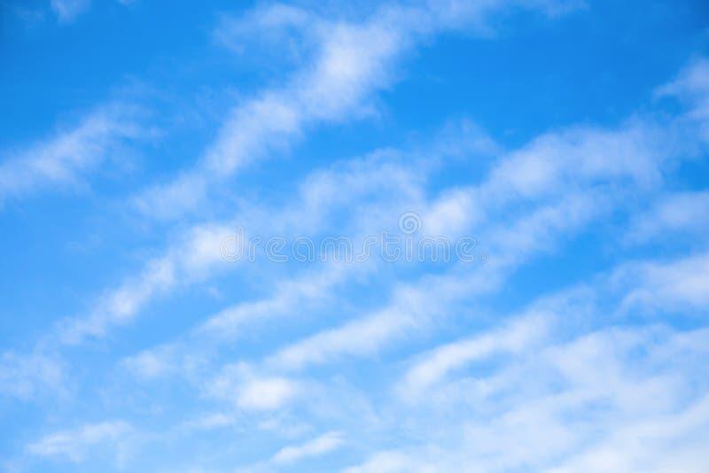 Cloudscape Fondo del cielo azul con las nubes claras blancas imagen de archivo