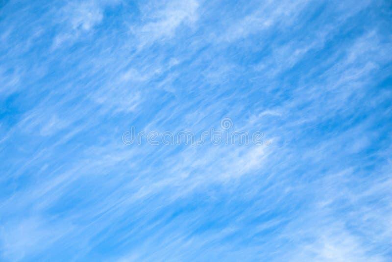Cloudscape Fundo do céu azul com nuvens brancas fotos de stock royalty free