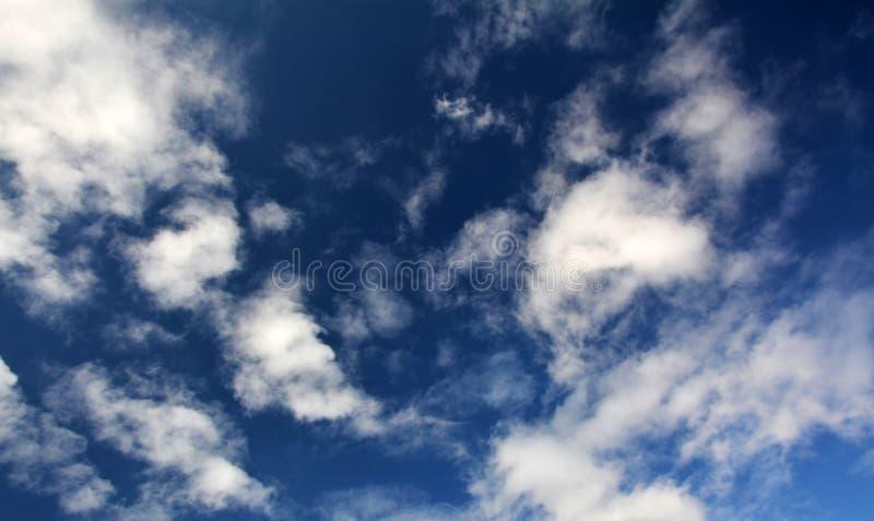 Cloudscape hermoso con el cielo azul y las nubes blancas fotografía de archivo