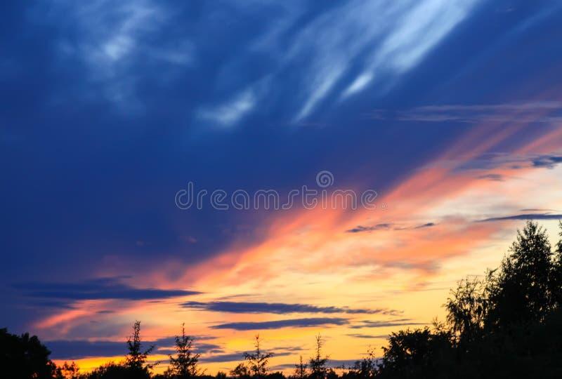 Cloudscape hermoso con el cielo azul y las nubes brillantes en la puesta del sol en verano fotografía de archivo libre de regalías