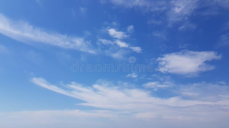Cloudscape hermoso con las nubes ligeras del rocío del mar que vuelan imagen de archivo