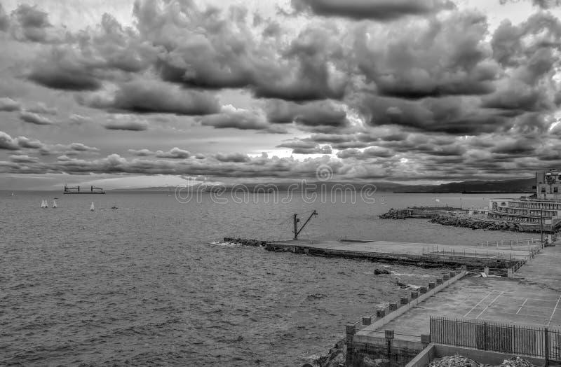 Cloudscape himmel längs kusten av Genua, Italien royaltyfria foton
