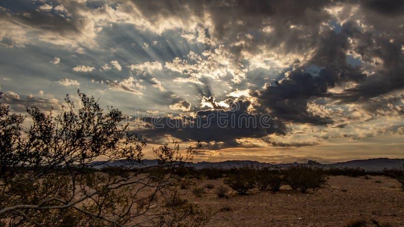 Cloudscape impressionante em uma manhã do deserto no alvorecer imagem de stock