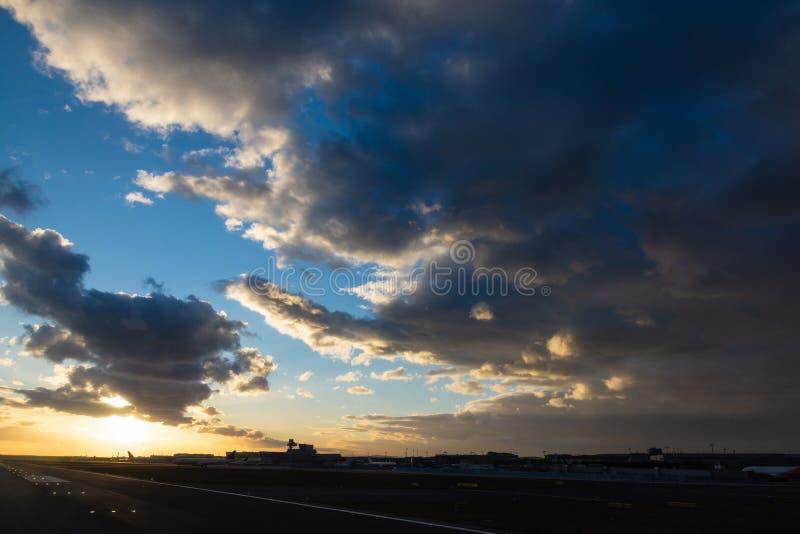 Cloudscape impressionnant au-dessus d'aéroport photo stock