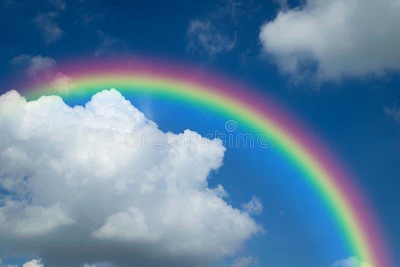 Cloudscape met blauwe hemel en witte wolkenregenboog stock afbeeldingen