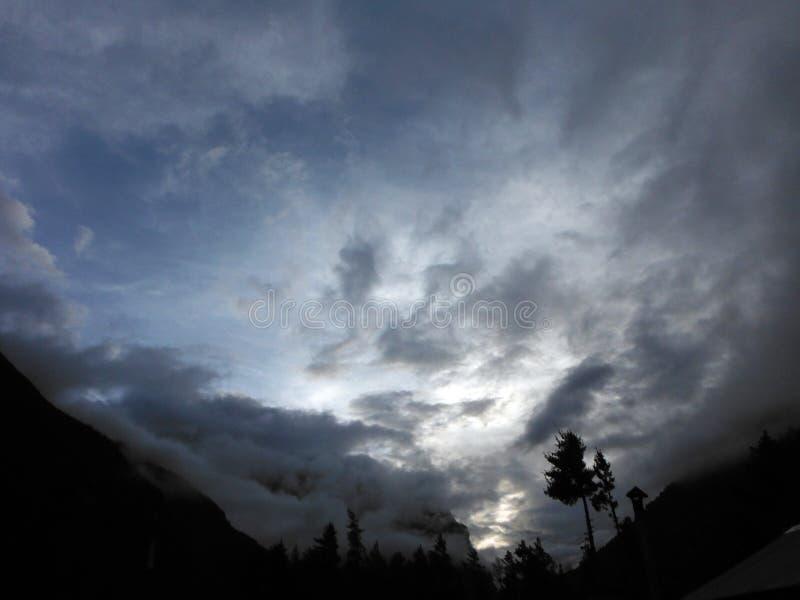 Cloudscape met een Silhouet van Himalayan-Bergen stock foto's