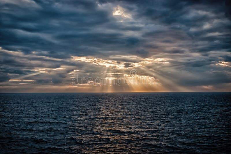 Cloudscape met zonnestralen over overzees in Londen, het Verenigd Koninkrijk Overzees op bewolkte hemel Wolken op dramatische hem royalty-vrije stock foto's
