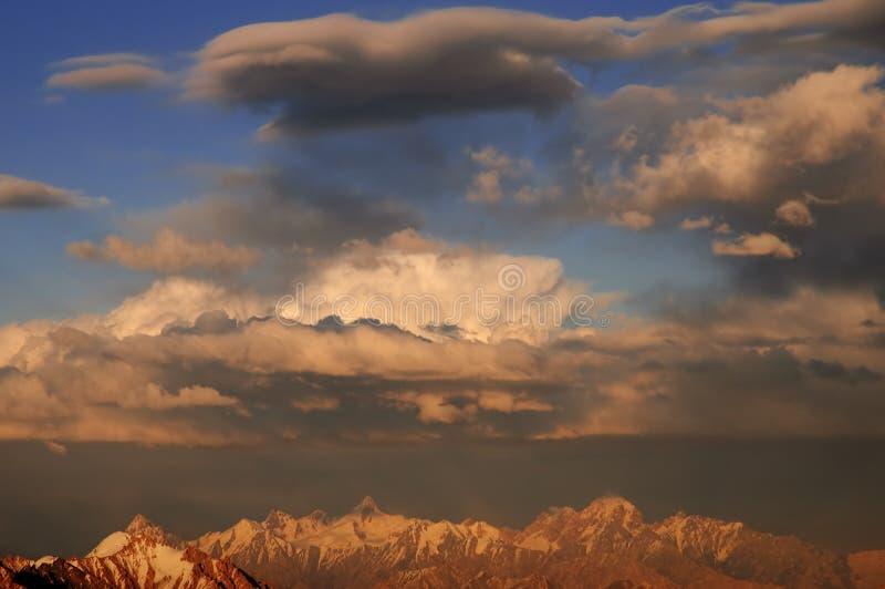 cloudscape Multy-acodado sobre las montañas en la víspera fotografía de archivo