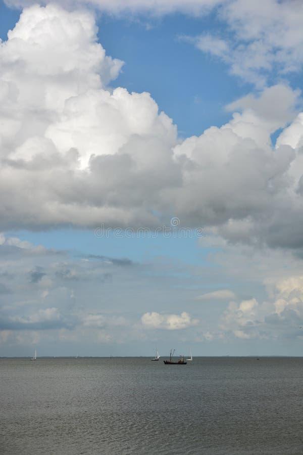 Cloudscape nad jezioro z łodzią obrazy royalty free