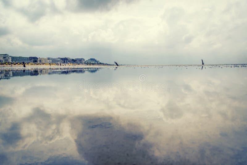 Cloudscape nad park narodowy, Niski Saxony W przodzie pływowi mieszkania Wadden morze obrazy royalty free
