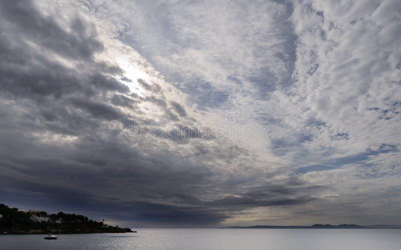 Cloudscape : Paysage méditerranéen dans les roses, Costa Brava Spain photographie stock libre de droits