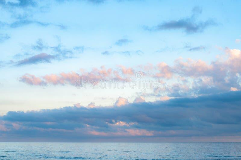 Cloudscape pittoresque au-dessus de l'eau de mer calme images libres de droits