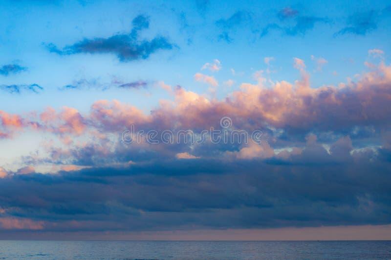 Cloudscape pittoresque au-dessus de l'eau de mer calme photo stock