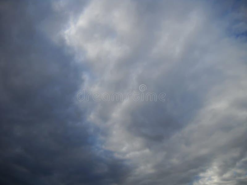 Cloudscape prima della tempesta con piccolo di blueness del cielo fotografia stock