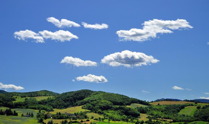 Cloudscape sobre campo fotos de archivo