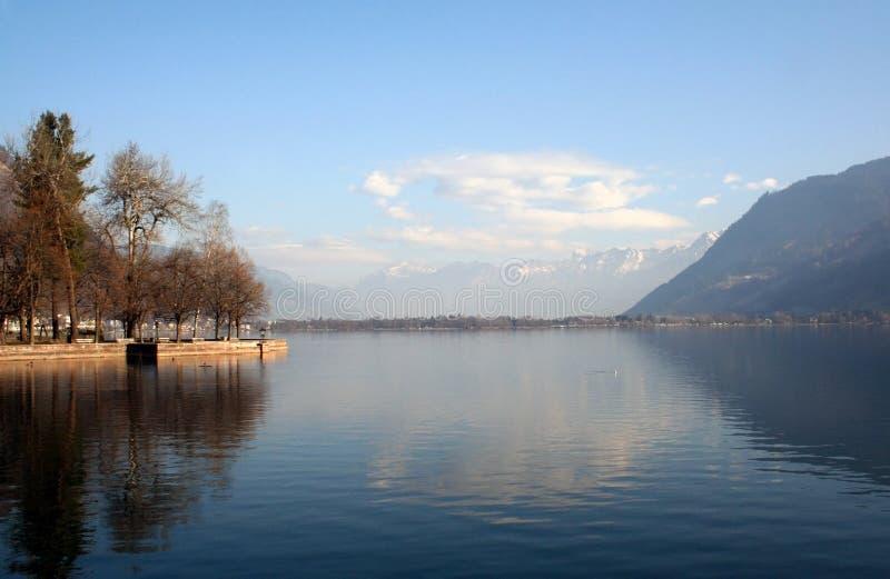 Cloudscape sobre el lago alpestre imagen de archivo