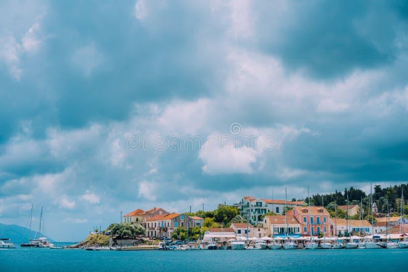 Cloudscape sobre el mar y el pueblo de Fiskardo, isla Grecia de Kefalonia imágenes de archivo libres de regalías