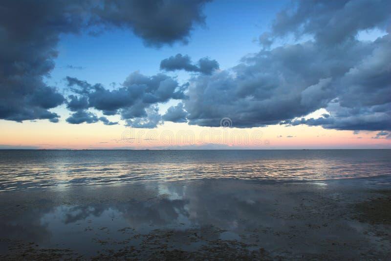 Cloudscape sobre la playa fotos de archivo libres de regalías