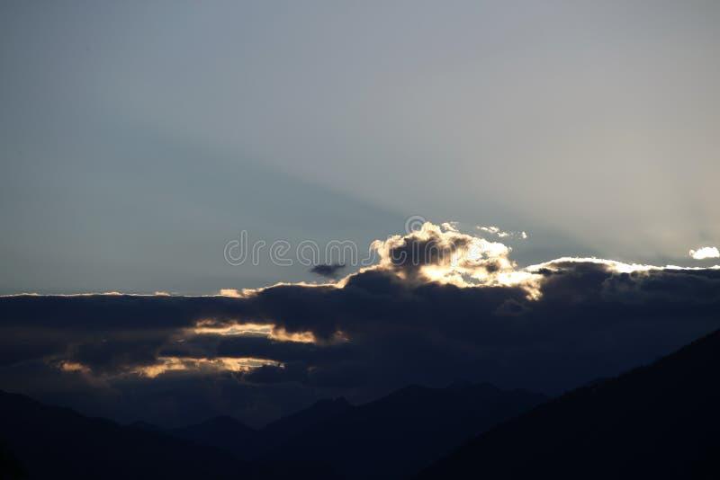 Cloudscape sobre montanhas fotografia de stock