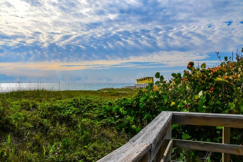 Cloudscape sobre o barco de casa encalhada fotos de stock royalty free