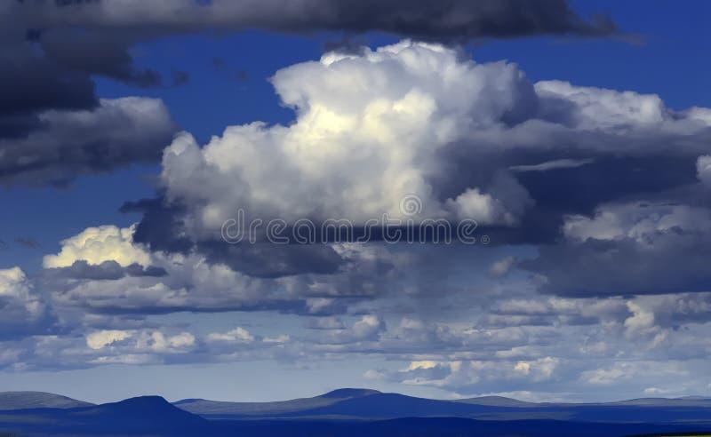 Cloudscape sopra la tundra artica fotografie stock libere da diritti