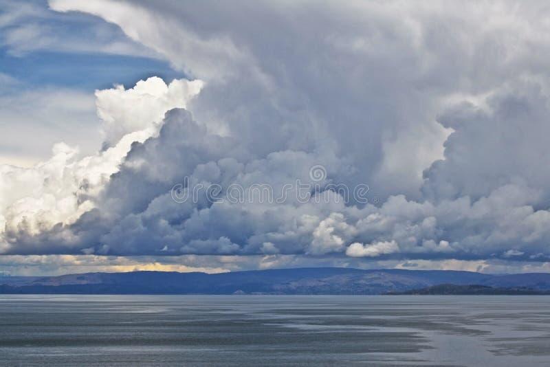 Cloudscape spettacolare sopra il lago Titicaca, Perù fotografie stock libere da diritti