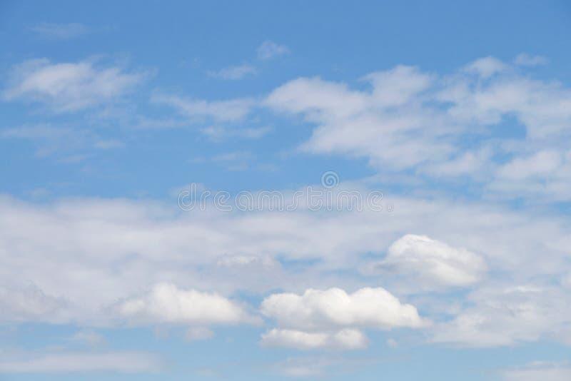 Cloudscape tła cirostratus i cumulus obrazy stock