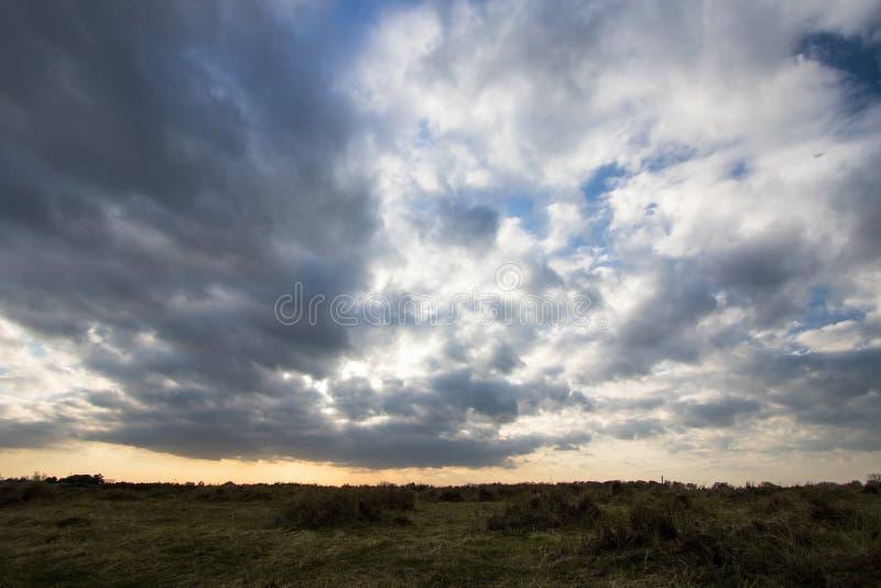 Cloudscape temperamental do céu, cobertura sarapintado da nuvem sobre a costa estéril foto de stock