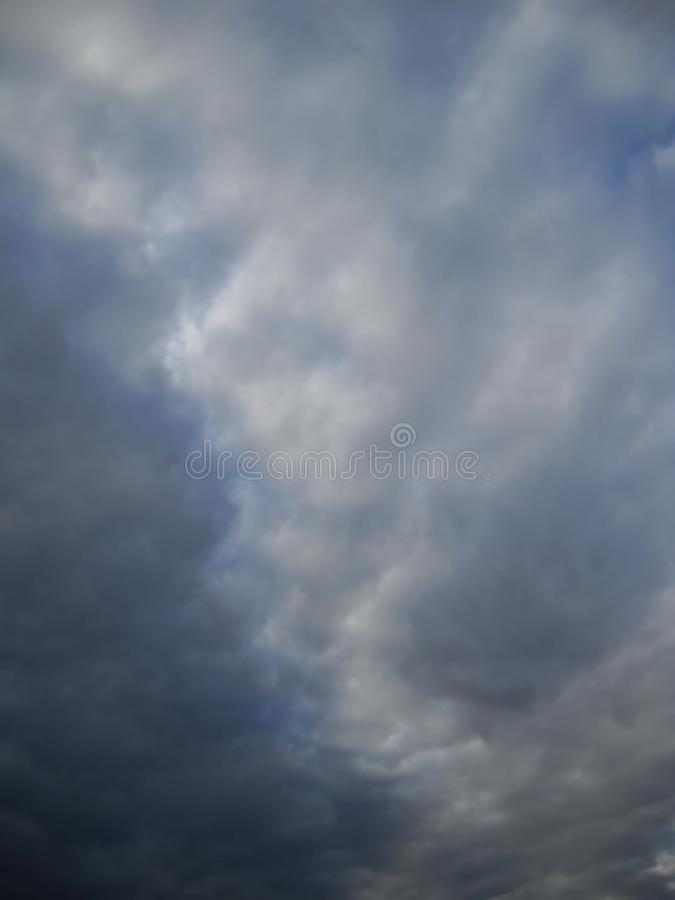 Cloudscape tempestoso e piccolo di blueness del cielo fotografia stock libera da diritti