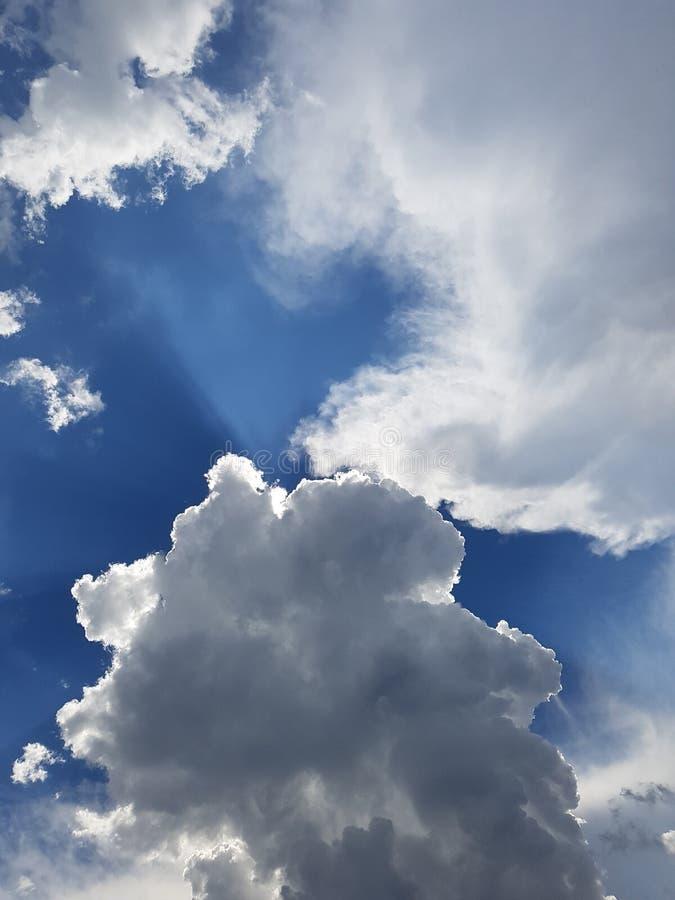 Cloudscape tormentoso com especs. do céu azul imagem de stock royalty free