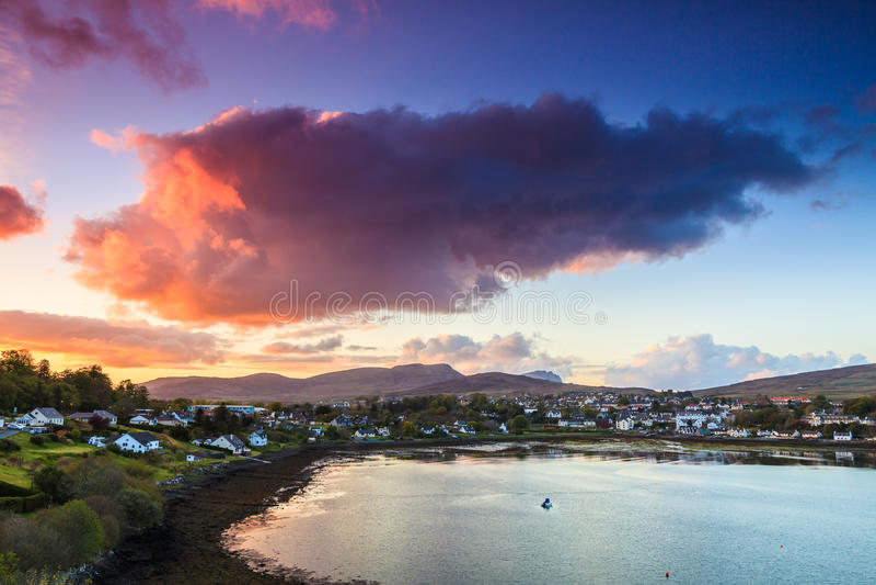 Cloudscape variopinto al tramonto sopra un villaggio immagine stock